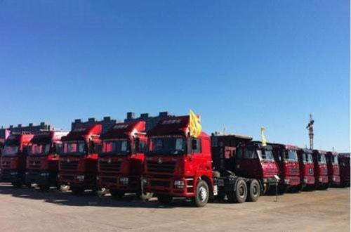 庞大奥特莱斯汽车园内的卡车 -庞大奥特莱斯 销量见涨高清图片